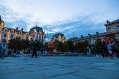 La cour à travers de la cathédrale de Notre Dame regardant à partir des portes Image libre de droits