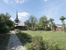 La cour de l'église en bois au village de Jercălăi, le comté de Prahova Photographie stock libre de droits