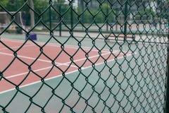 La cour derrière le coin de fil-Un en parc image libre de droits