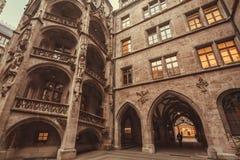 La cour historique de la ville nouvelle Hall Neues Rathaus avec le style gothique arque Photographie stock