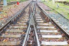 La courbe de voies ferrées le long de la route pour le train photographie stock