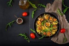 La courgette cuite au four roule avec du fromage, la carotte et le blanc de poulet Photos libres de droits