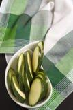 La courgette a découpé le ‹en tranches d'†de ‹d'†sur la nappe écossaise verte de plaid Photographie stock libre de droits