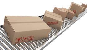 la courroie enferme dans une boîte le convoyeur de carton Image libre de droits