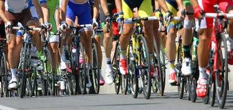 La course de bicyclette avec des athlètes s'est engagée dans la pente de route Image libre de droits
