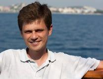 La course de jeune homme par bateau Photo libre de droits