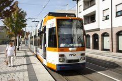 La course de tramway et l'arrêt pour envoient et reçoivent des passagers au village de Sandhausen à Heidelberg, Allemagne photographie stock libre de droits