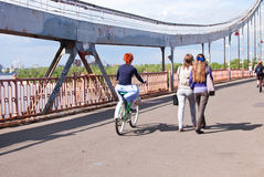 La coutume de filles fait du vélo le défilé à Kiev, Ukraine Photos stock
