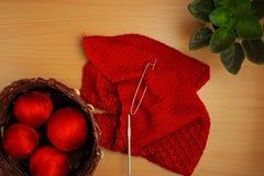 La couture, les aiguilles et le crochet de tricotage, la veste et le panier de la terre cuite filète, la fleur à la maison Image libre de droits