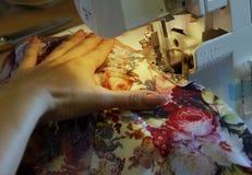 La couture sur la machine à coudre Photographie stock