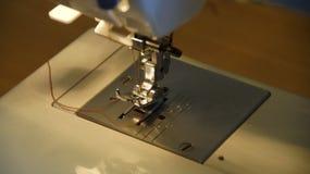 La couture sur la machine à coudre Photographie stock libre de droits