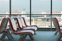 La couverture de chaise en métal avec le cuir rouge Photos stock