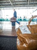 La couverture de sac et de passeport avec le ` de motivation de citation explorent le ` photo stock