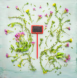 La couverture végétale fleurissant avec le rouge se connectent le fond en bois vert Images stock