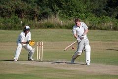 LA COVATA DI COLEMAN, SUSSEX/UK - 27 GIUGNO: Cricket del villaggio che è gioco immagine stock libera da diritti