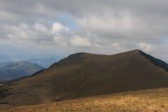 La Covil: uma montanha meia com o meio despido das árvores Foto de Stock