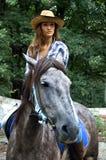 La cow-girl conduit un cheval Photo stock