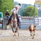 La cow-girl en concurrence roping de veau. Photo stock