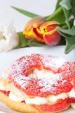 La crème anglaise faite maison durcit avec de la crème et le groupe de tulipes de ressort dessus Photo libre de droits