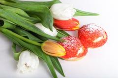 La crème anglaise faite maison durcit avec de la crème et le groupe de tulipes de ressort dessus Photo stock