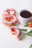 La crème anglaise faite maison durcit avec de la crème et le groupe de tulipes de ressort dessus Photographie stock