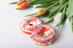 La crème anglaise faite maison durcit avec de la crème et le groupe de tulipes de ressort dessus Image libre de droits
