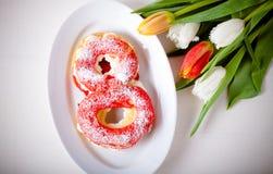 La crème anglaise faite maison durcit avec de la crème et le groupe de tulipes de ressort dessus Photos stock