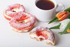 La crème anglaise faite maison durcit avec de la crème et le groupe de tulipes de ressort dessus Images stock