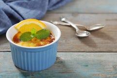 La crème brulée avec l'orange Photo libre de droits