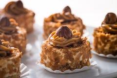 La crème de caramel durcit avec Hazlenuts Photos stock