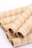 La crème de gaufrette de chocolat roule plus de le fond blanc image libre de droits