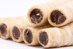 La crème de gaufrette de chocolat roule plus de le fond blanc photographie stock libre de droits