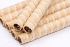 La crème de gaufrette de chocolat roule plus de le fond blanc images libres de droits