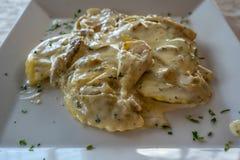 La crème et les champignons de Tortelloni se ferment vers le haut de la vue photographie stock libre de droits