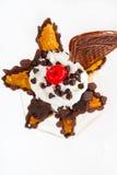 La crème glacée a assaisonné le rouge de chocolat et de merise avec les gaufres froides et croustillantes photographie stock libre de droits