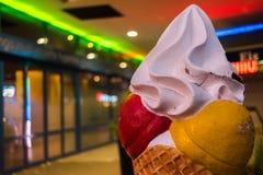 La crème glacée avec la crème fouettée la nuit été images libres de droits