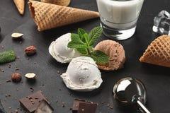 La crème glacée crémeux et de chocolat gastronome a servi sur une ardoise en pierre au-dessus d'un fond noir image stock