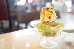 La crème glacée de mangue avec du riz collant, se ferment, parfait servi dans un verre grand Copiez l'espace image libre de droits
