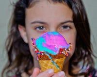La crème glacée de sucrerie de coton, cône de gaufre, avec arrose Images libres de droits