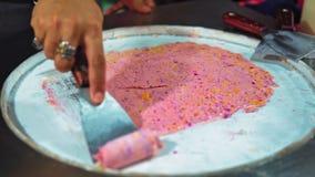 La crème glacée naturelle de fruit est préparée sur la rue Asie, nourriture de rue sur le marché de nuit, les plats traditionnels clips vidéos