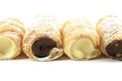 la crème a rempli pâtisseries de klaxon photos libres de droits