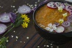 La crème-soupe végétale à été a décoré des fleurs et des légumes Photos libres de droits