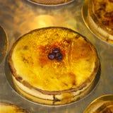 La crème traditionnelle durcit dans la fenêtre d'une boulangerie, la Côte d'Azur Image stock