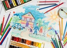 La création des enfants avec le croquis de la famille, des peintures et des crayons photos libres de droits