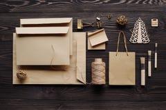 La création des messages de cadeau faits main des matériaux écologiques Images libres de droits