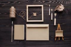 La création des messages de cadeau faits main du matériel écologique, Photo libre de droits