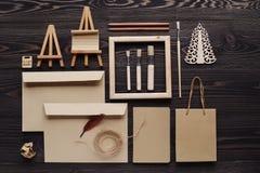 La création des messages de cadeau faits main du matériel écologique, l'espace des textes Photos stock