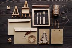 La création des messages de cadeau faits main du matériel écologique, l'espace des textes Photo stock