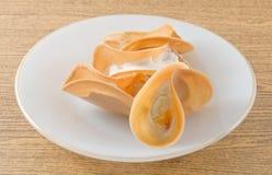 La crêpe croustillante thaïlandaise a rempli de la crème et de Fios de Ovos image libre de droits