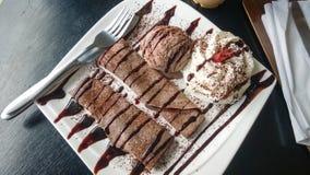 La crêpe de chocolat a servi avec la crème glacée et la crème à fouetter Image stock